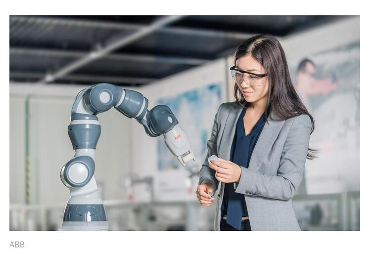 science woman and a robotic arm, in a laboratory